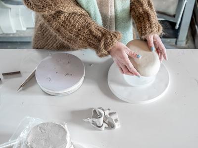 Bedrijfsfotografie-reportage-atelier-van-rosa-sieradenontwerpster-werkplaats-werkproces-klei-boetseren
